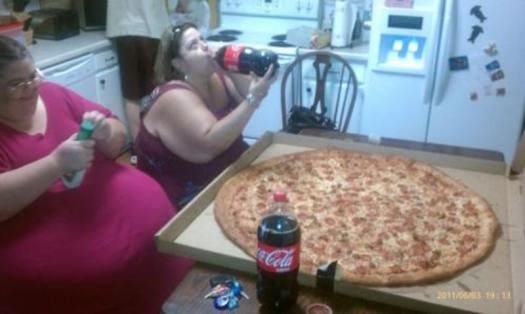 fat-women-eating-pizza